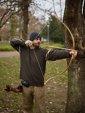 Grozer Assyrian bow and primitive arrows